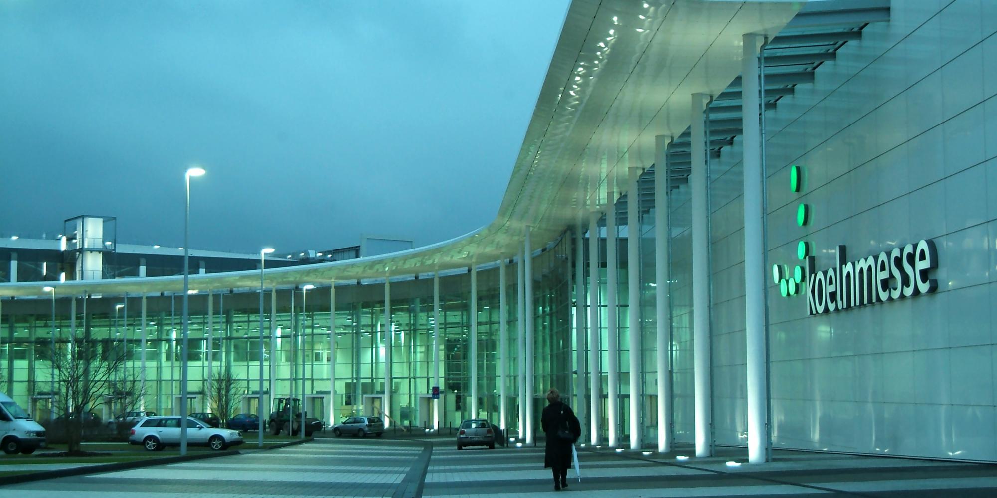 Eingang des Messegeländes Köln mit Schriftzug koelnmesse